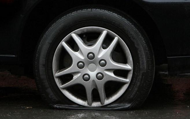 Como se debe conducir cuando se tiene algún neumático pinchado